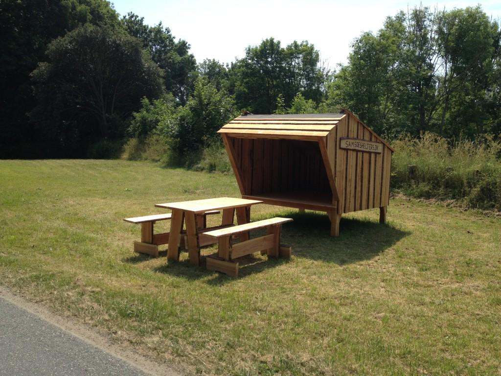 Shelter med bord og bænke